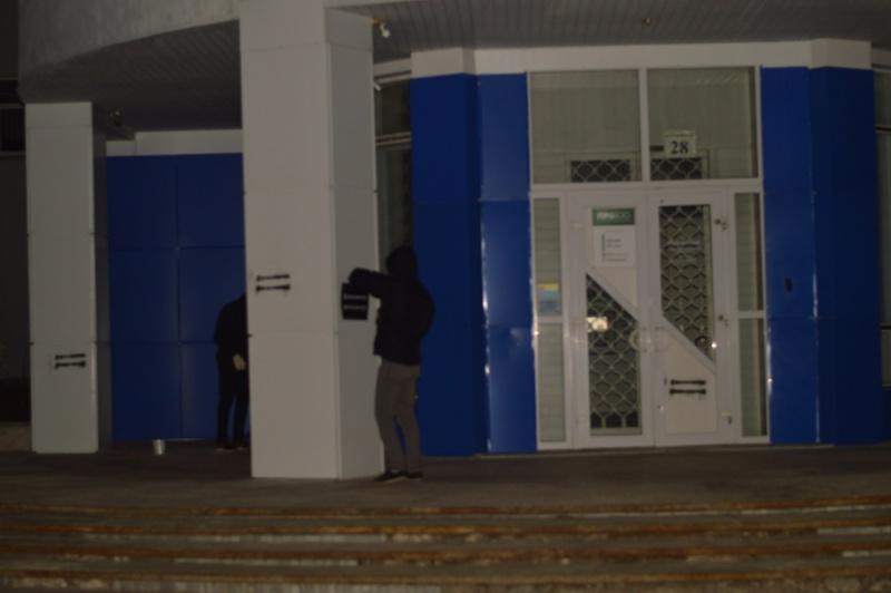 Националисты вКиеве замуровали отделение Сбербанка бетонными блоками