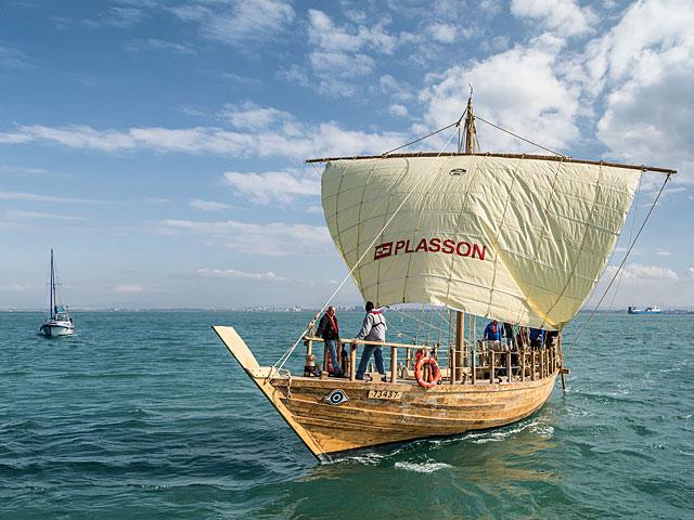 В Израиле спустили на воду точную копию древнейшего финикийского парусника