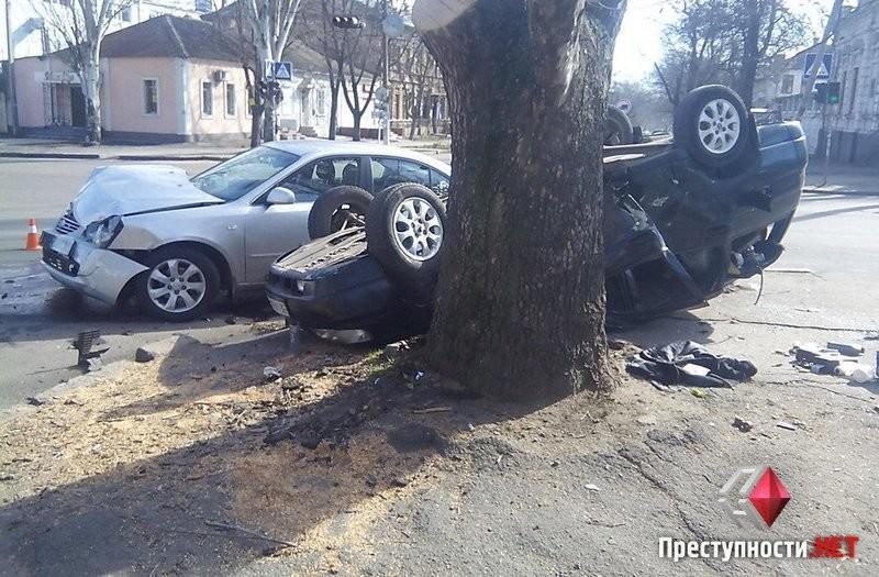 Автобоулинг по-николаевски: «KIA» ударил «ВАЗ» с такой силой, что он перевернулся и врезался в дерево