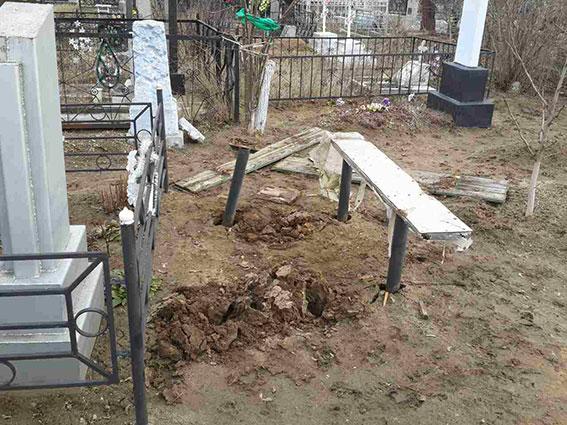 В Николаеве коммунальные гробовщики призывают горожан не пользоваться услугами  конкурентов-частников, которые слишком быстро приезжают