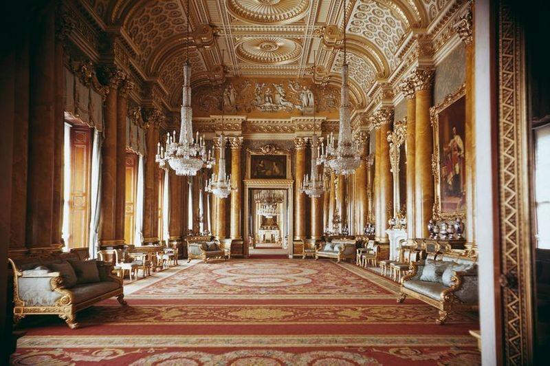«Шанс оставить свой след в одних из самых известных домов мира»: Елизавета II ищет того, кто будет заботиться о ее подушках и шторах