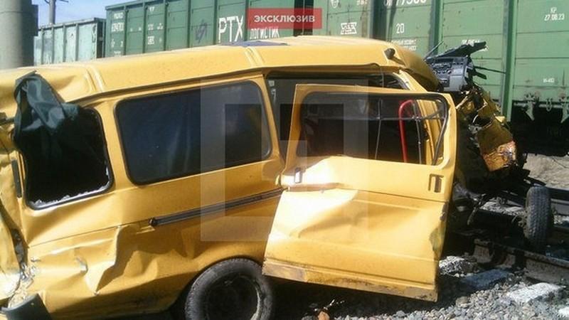 Хотел проскочить и не проскочил: в России школьный автобус столкнулся с грузовым поездом