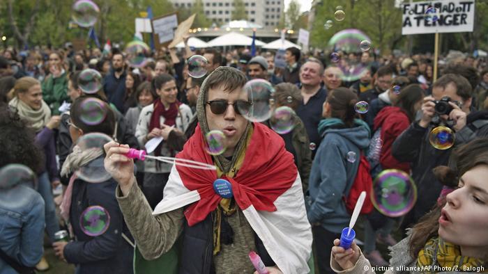 В Будапеште сатирически протестуют против политики премьер-министра Виктора Орбана