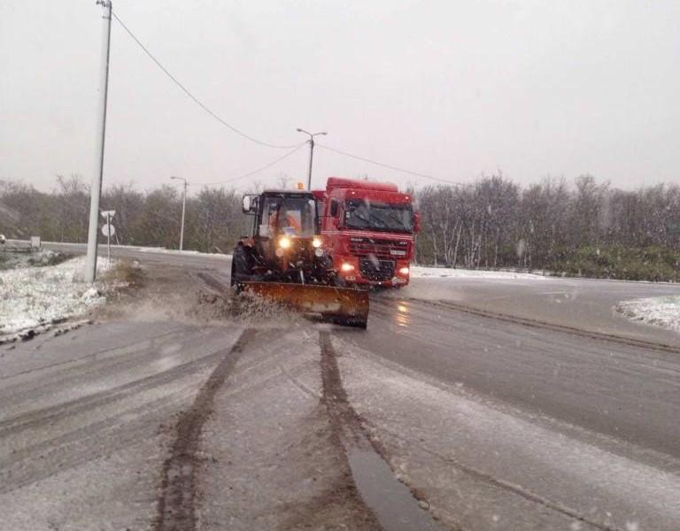 Дорожники чистят и посыпают трассы Николаевской области, а с некоторых приходится убирать еще и поваленные деревья