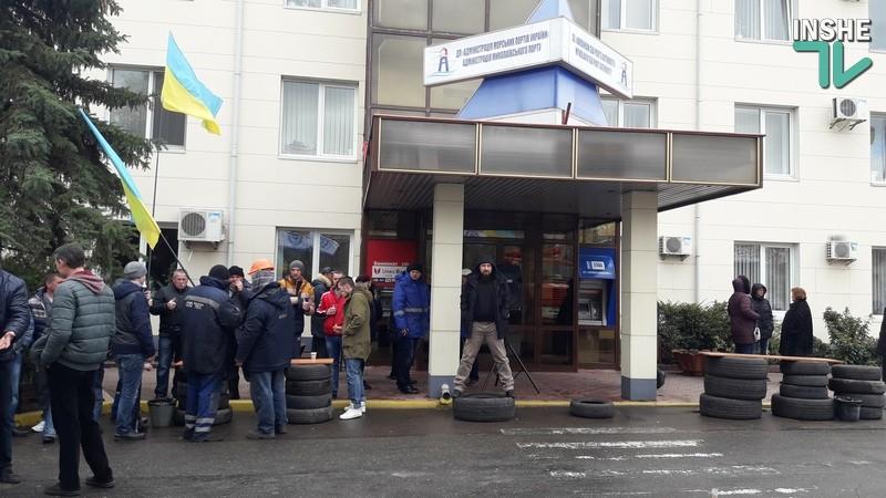 Николаевские стивидоры продолжили акцию протеста у Никморпорта. Начальник НФ АМПУ вызвал полицию