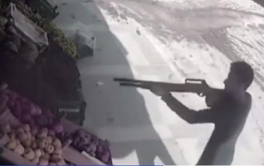 В Турции лавочник отбился от убийцы помидорами – попал прямо в глаз