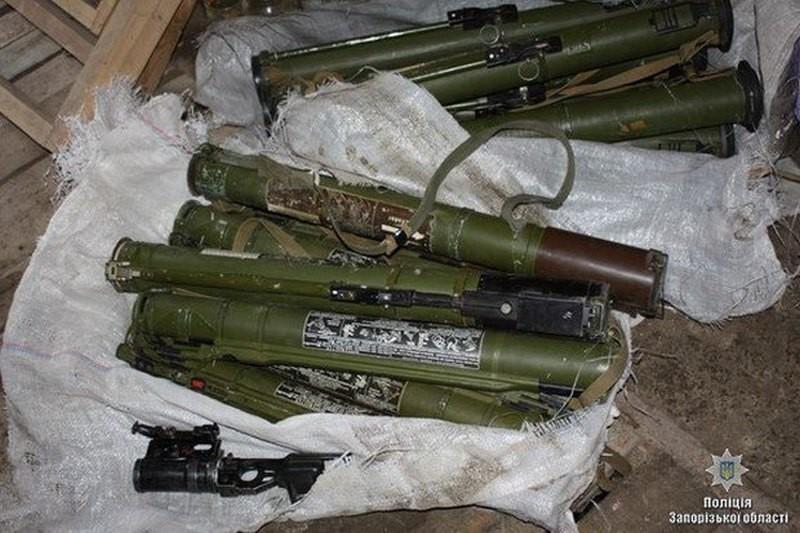 Житель Запорожья сдал полиции 15 гранатометов, которые нашёл в лесополосе на окраине города