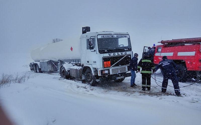 Врадиевский район засыпало снегом, спасатели расчищают дороги