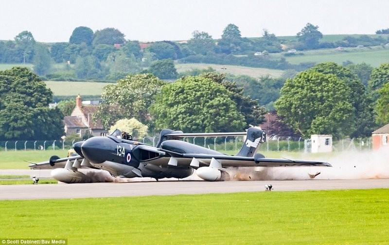 Несчастливый род самолетов прерван: последний из английских Sea Vixen, известный также как Фокси Леди, совершил драматическую посадку