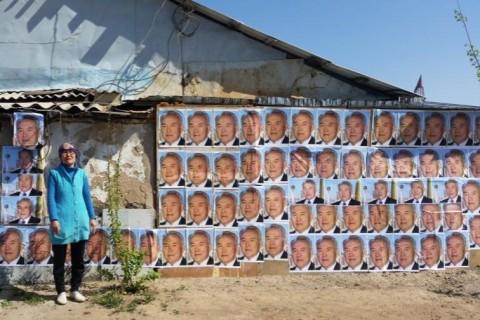 Женщина оклеила портретами президента свой дом, чтобы защитить его от сноса