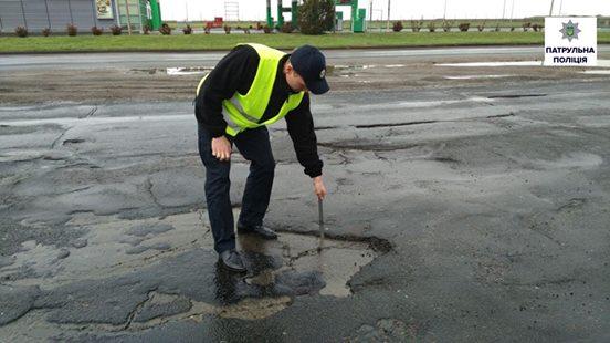 В Николаеве патрульные пересчитали плохие дороги. Список длинный, но не полный