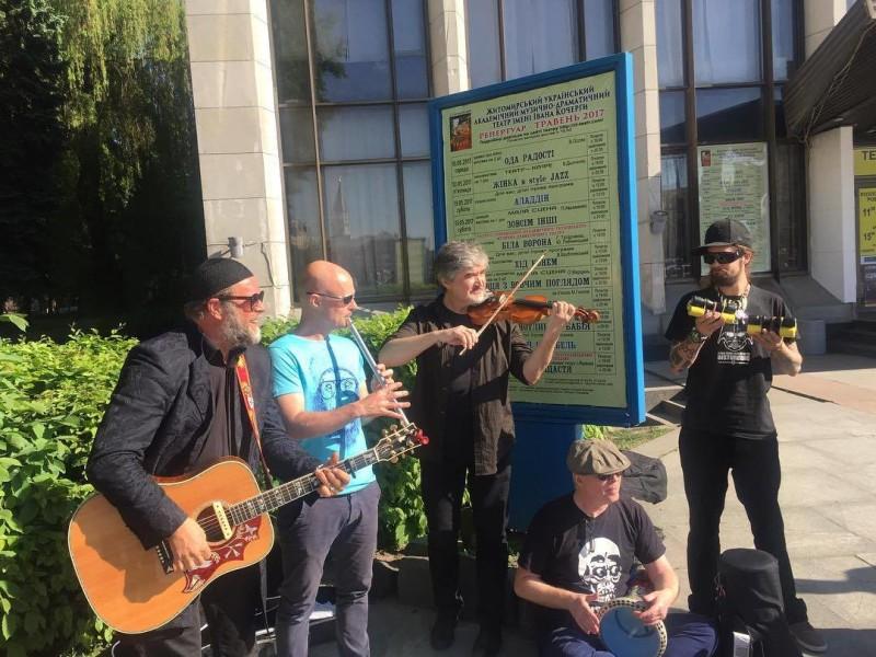 Борис Гребенщиков спел в Житомире. И на улице тоже