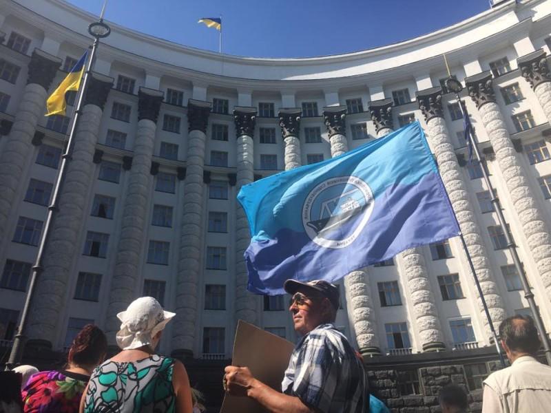 Представители завода им.61 коммунара пикетировали Кабмин – требовали вернуть долги по зарплате и поручить им демилитаризацию крейсера