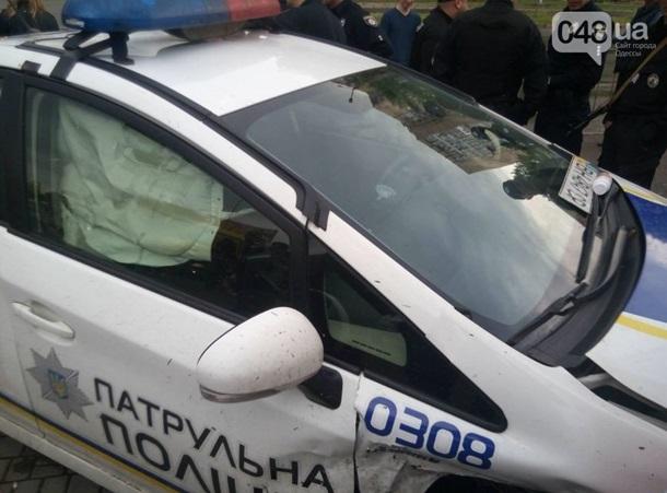 В Одессе полицейский автомобиль врезался в магазин