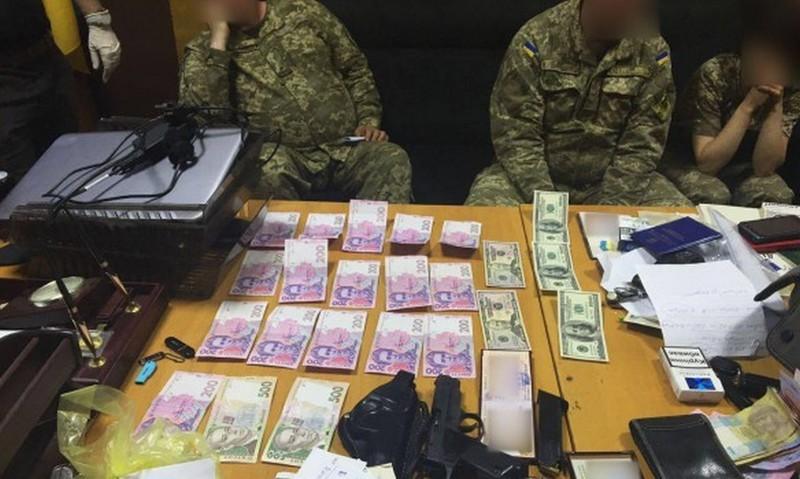 В Харьковской области на взятке задержали сотрудника райвоенкомата, получившего $1000 за содействие в уклонении от призыва на срочную службу