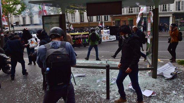 Во Франции на первомайской демонстрации полицейских забросали коктейлями Молотова