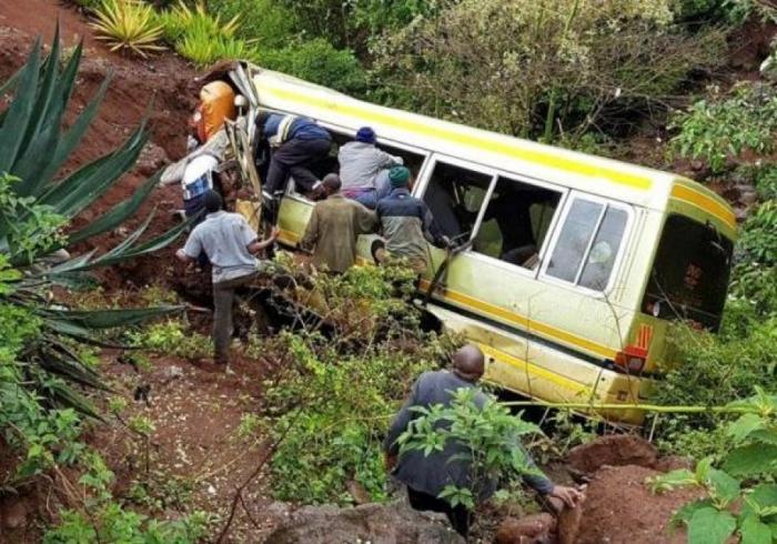 В Танзании на скользкой дороге перевернулся автобус – погибли 35 школьников