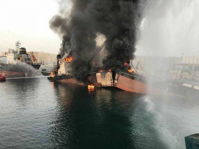 В ОАЭ во время разгрузки взорвался и переломился танкер с нефтью