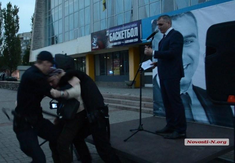 В Николаеве в мэра Сенкевича  пытался бросить ботинок бывший его агитатор