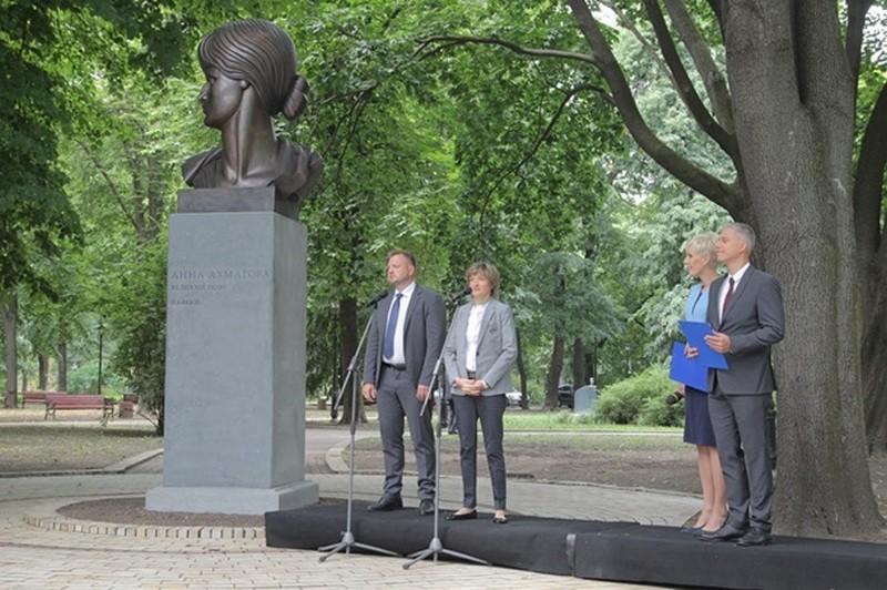 В Киеве открыли памятник Анне Ахматовой