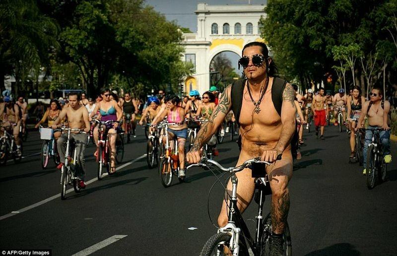 Не повредите свои маракасы! В Мехико прошел «голый» велопробег
