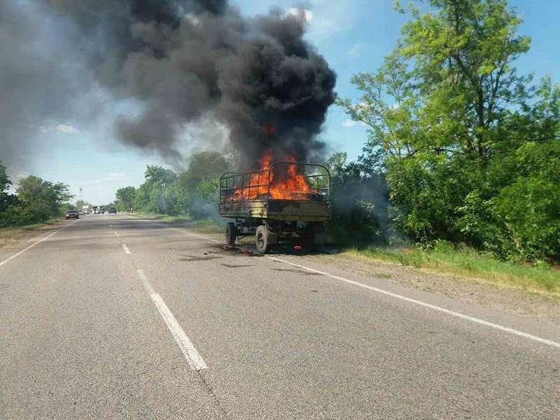 На трассе Николаев-Одесса в колонне военной техники загорелся прицеп с горючим