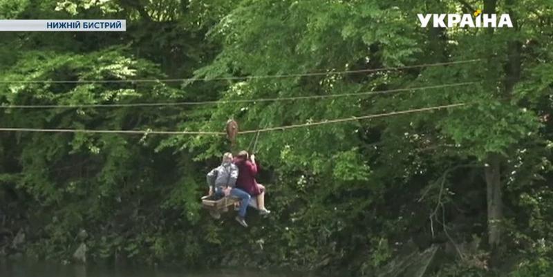 Бабушка-экстремал с Закарпатья каждый день перебирается через реку по канату