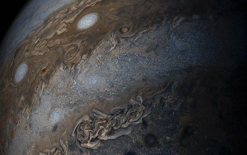 """Нитка жемчуга"" – NASA опубликовало снимок ураганов на Юпитере"