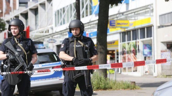 В Гамбурге мужчина, выкрикивавший «Аллах акбар», напал с ножом на посетителей супермаркета – один погибший