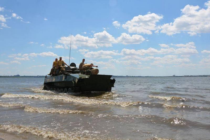 Успешно «замочили»: николаевские десантники проверили технику на готовность преодолевать водные преграды с ходу