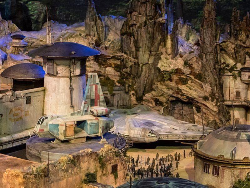 """Полетать на звездолетах, поучаствовать в боях. В Диснейленде представили проект парка """"Звездные войны"""""""