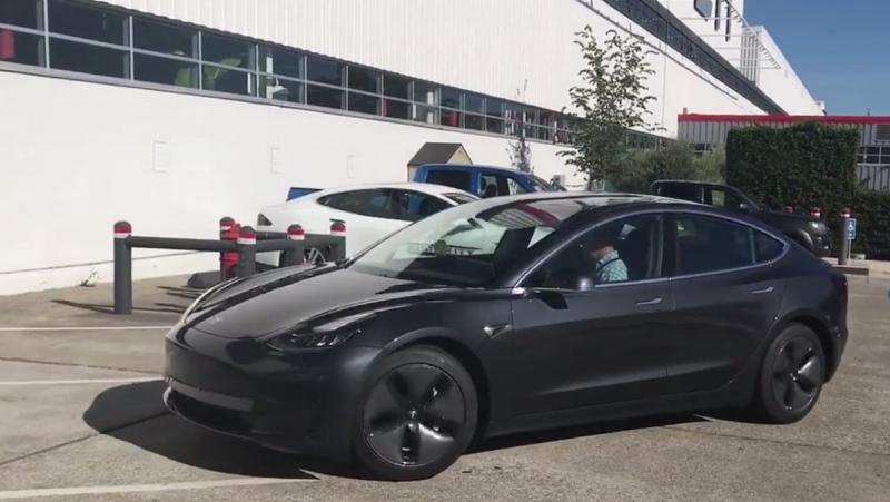 В Австралии владелица Tesla вынудила горе-угонщиков бросить свою преступную затею. Она преследовала воров и дистанционно управляла автомобилем