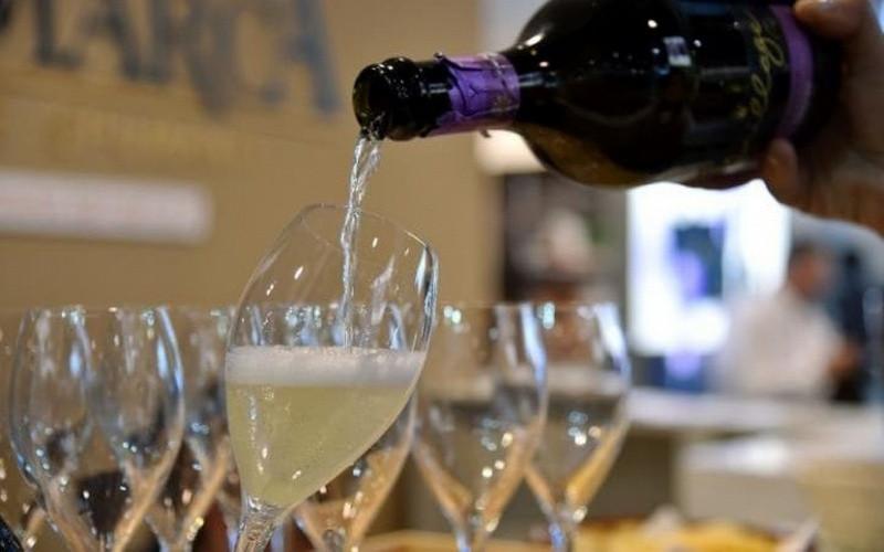 Вино и чипсы: итальянский священник решил, что в борьбе за паству все средства хороши