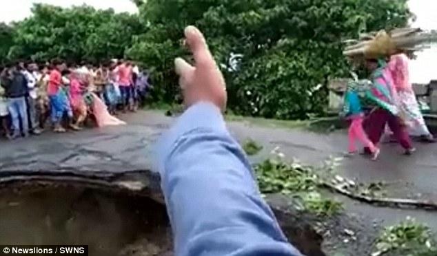 Ужас: в Индии в результате наводнения мост под ногами целой семьи разрушился за шаг до спасительной земли