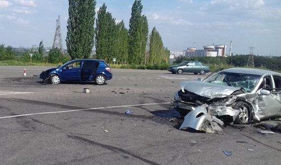 У Южноукраинска дорогу не поделили две легковушки — пострадали четверо взрослых и двое малолетних детей