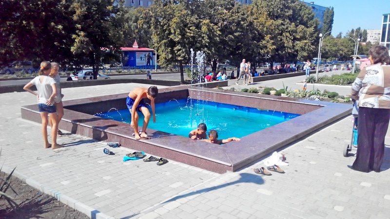 В центре Южноукраинска неизвестный меценат открыл фонтан и уложил плиткой площадь