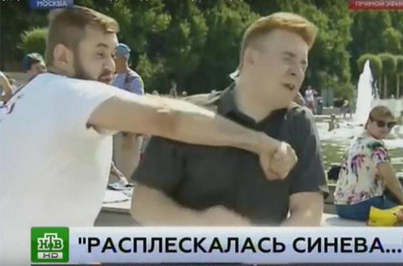 Футбольный хулиган в футболке «Оплота» ударил журналиста НТВ, делавшего репортаж о праздновании Дня десантника в Москве