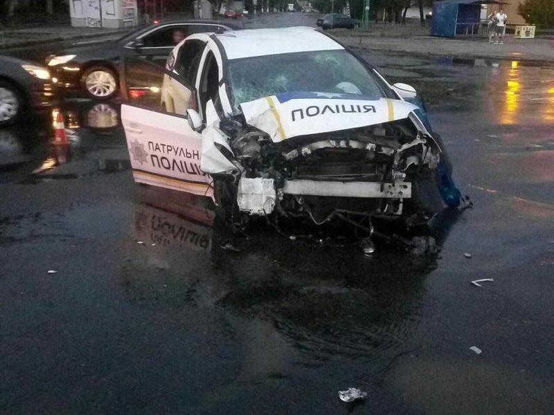 Столбам сегодня не везет: в Николаеве авто патрульной полиции, ехавшее на вызов по поводу обнаружения гранаты, столкнулось с электроопорой