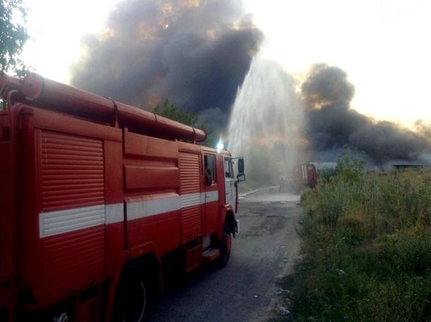 В Днепре горят склады макулатуры, огонь перебросился на жилые дома