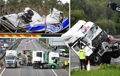 В Британии две фуры раздавили фургон: погибли восемь человек