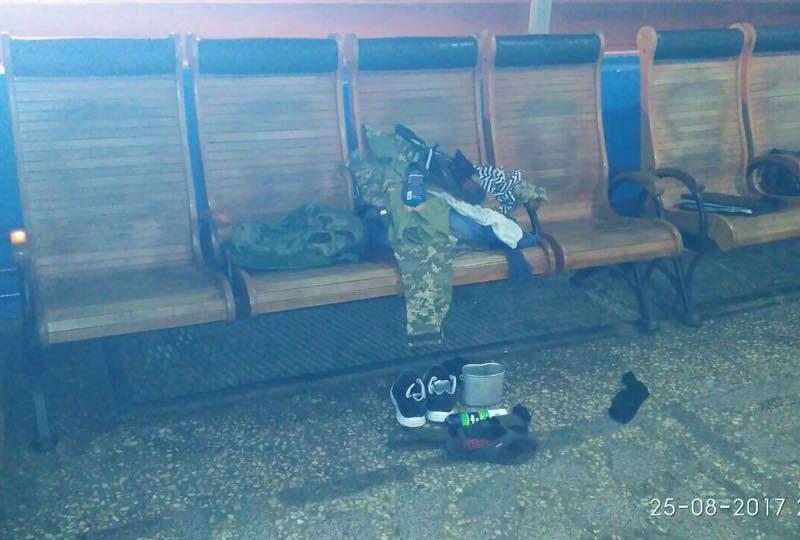 Кто забыл военный рюкзак? Маленький переполох на вокзале в Николаеве
