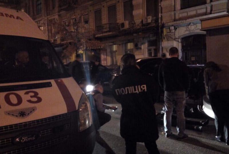 В Николаеве пьяный мужчина устроил стрельбу возле торгового центра