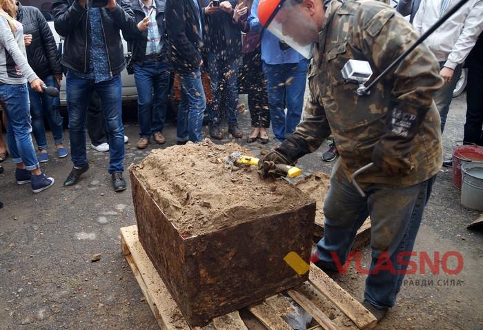 В Виннице вскрыли найденный на днях столетний немецкий сейф