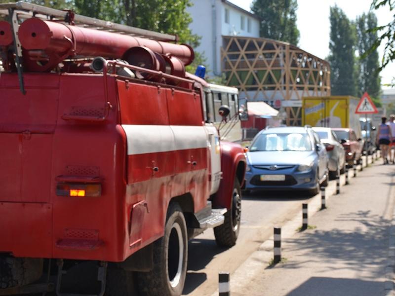 И второй эксперимент в Коблево оказался неудачным: спасатели не сумели «пробиться» к месту условного пожара из-за скопления авто. А если реально будет гореть?
