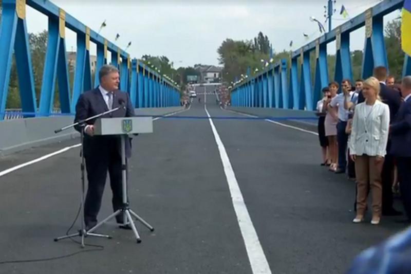 Порошенко пообещал, что в 2018 году на ремонт дорог выделят 30 млрд.грн.
