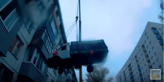На грузовой «Газели», да на четвертый этаж? Легко, когда подъемный кран в помощь. Влюбленный россиянин весьма оригинально поздравил любимую