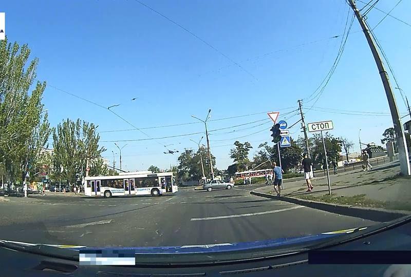 «Не такой он был и красный»: в Николаеве водитель троллейбуса проехала на запрещающий сигнал светофора