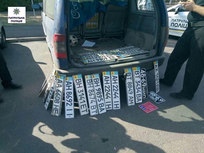 Николаевские патрульные выявили в автомобиле нарушителя ПДД 30 номерных знаков от других машин