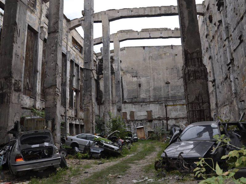 """В Николаеве обнаружили подпольное СТО для «BMW» – с разборкой """"нелегалов"""" и кладбищем машин"""