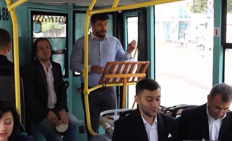 Видео дня: в Чернигове певцы камерного хора устроили концерт в троллейбусе
